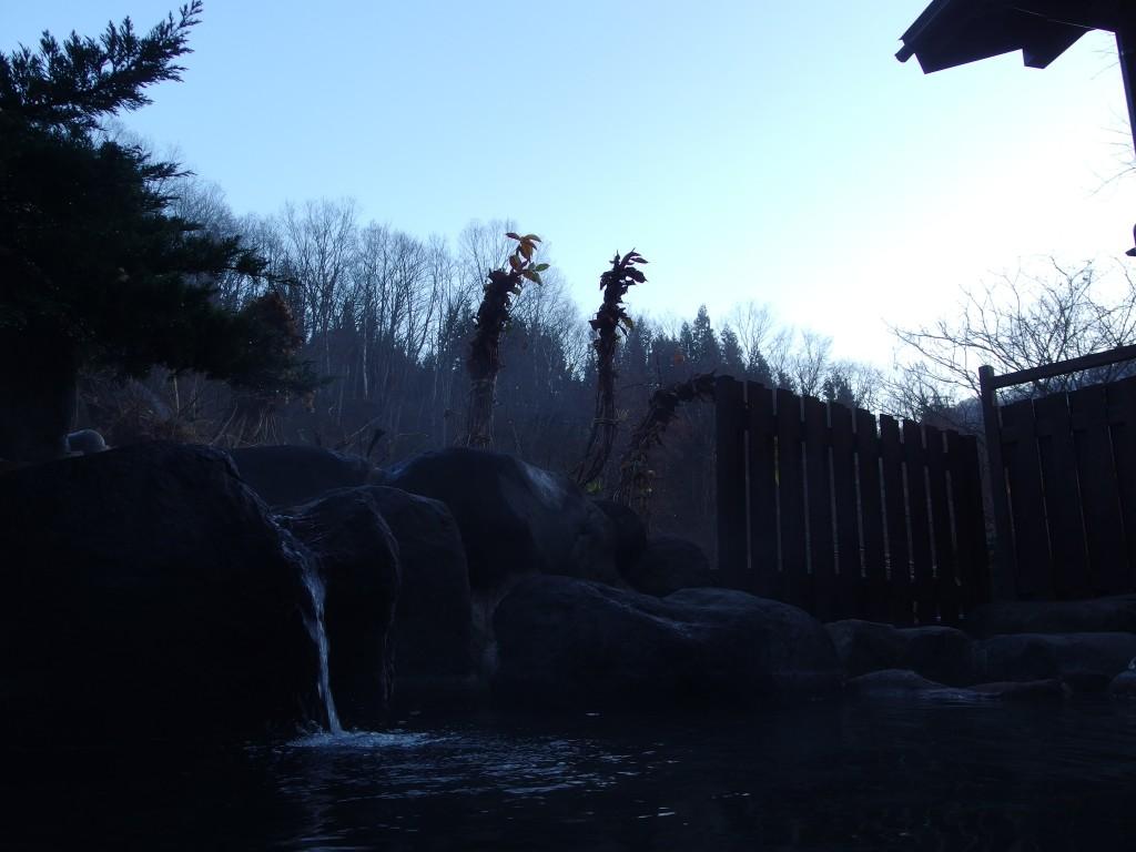 奥湯沢秘湯貝掛温泉の露天から望む明けゆく空