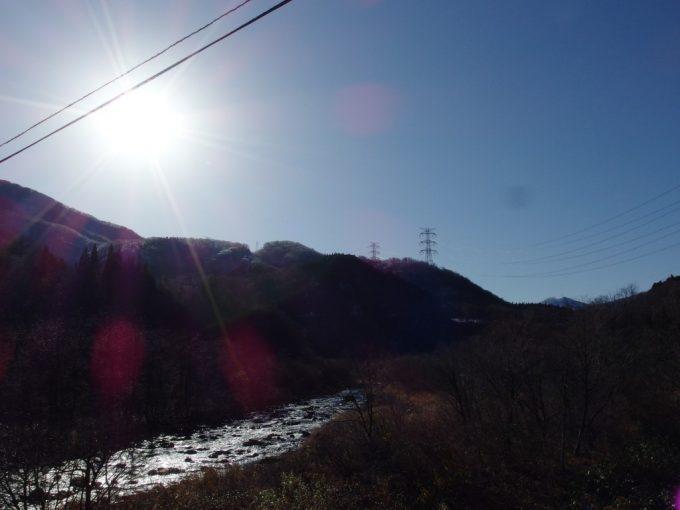 朝日に照らされ輝く晩秋の清津川