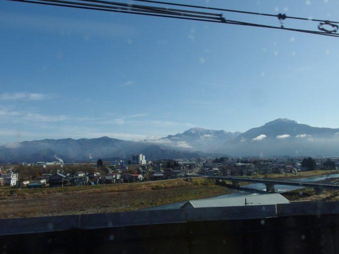 上越新幹線から望む晩秋の冠雪した越後の山並み