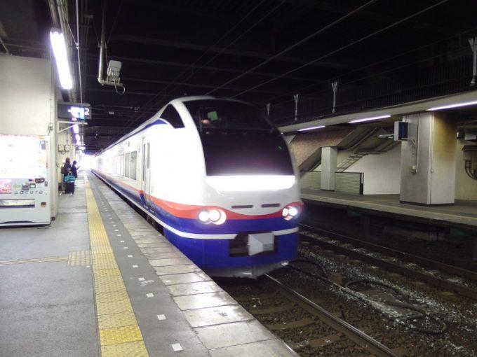長岡駅に入線する特急しらゆき号新潟行き