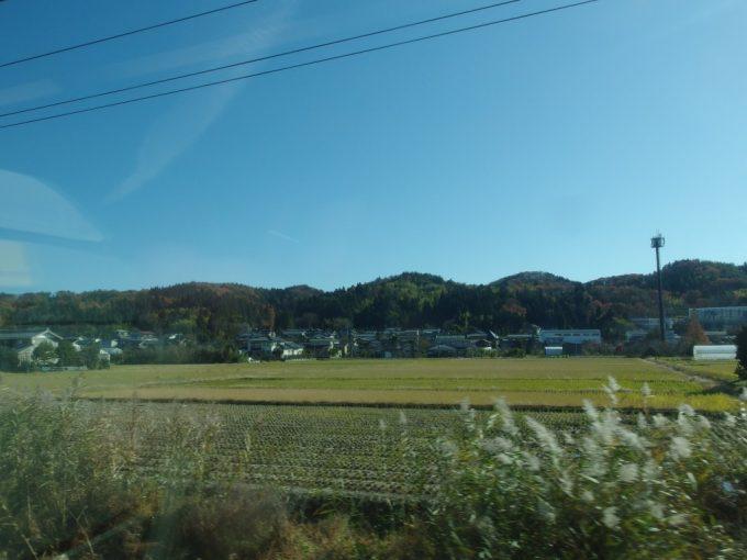 信越本線特急しらゆき号車窓に広がる晩秋の越後の景色