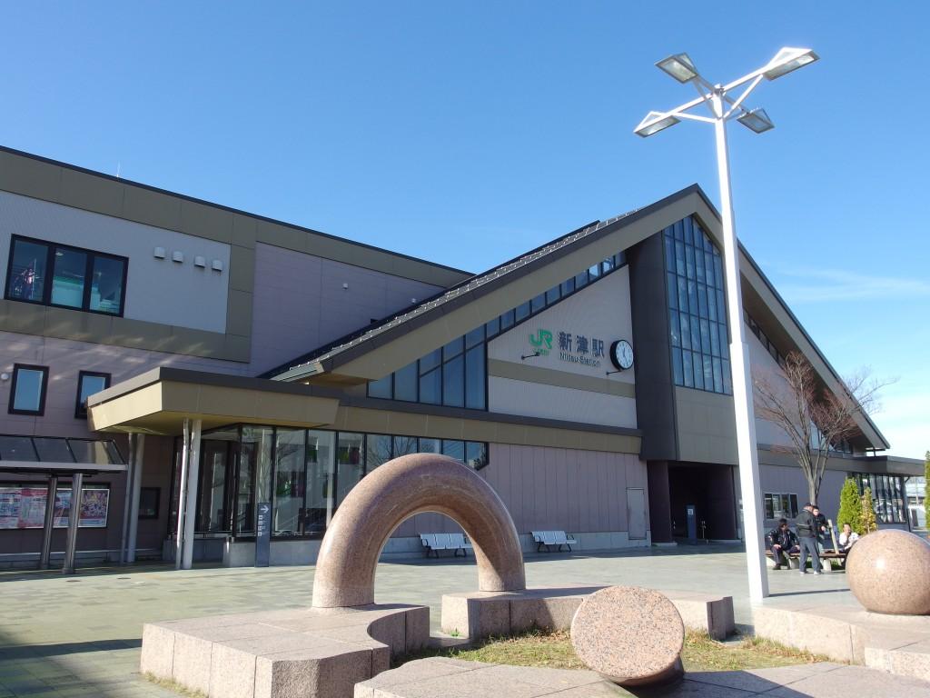 秋空の新津駅
