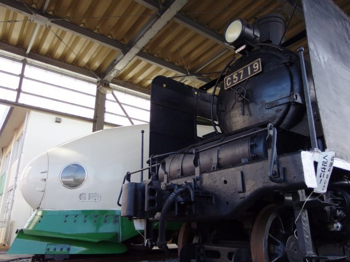 新津鉄道資料館C57と200系のツーショット