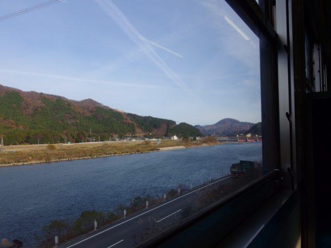 磐越西線キハ47車窓に広がる晩秋の阿賀野川