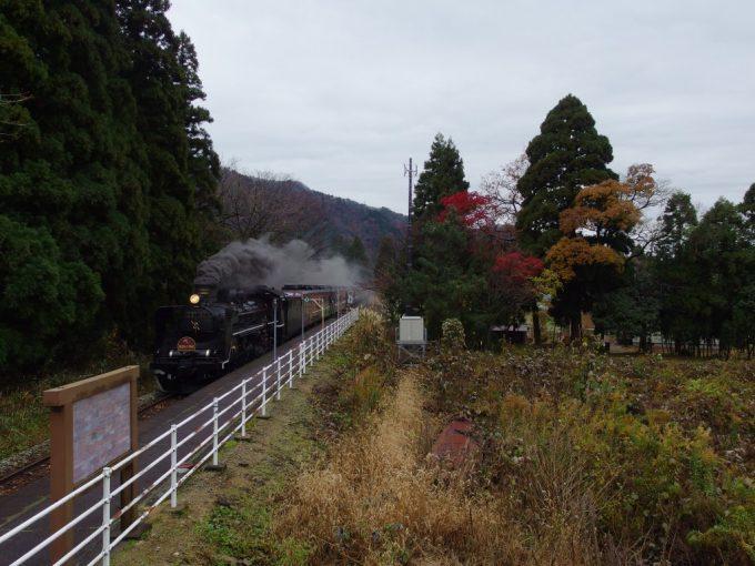 磐越西線咲花駅2階から眺める晩秋の紅葉とC57180ばんえつ物語