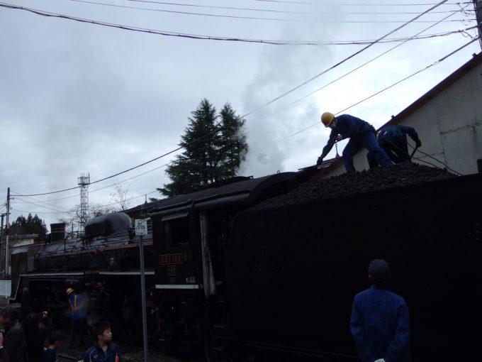 C57180は津川駅で峠越えの準備に取り掛かる