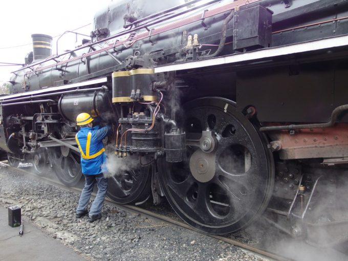 津川駅で峠越えに備え点検を受けるC57180貴婦人