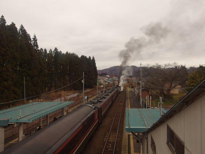 山都駅跨線橋から眺めるSLばんえつ物語