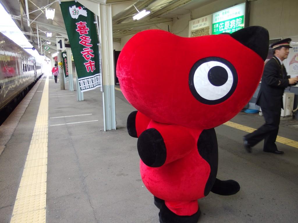 喜多方駅でSLばんえつ物語を出迎え見送るあかべぇ