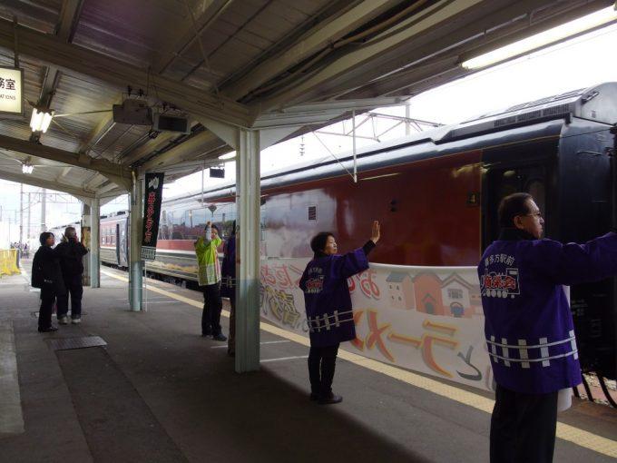喜多方駅でSLばんえつ物語を見送る人々