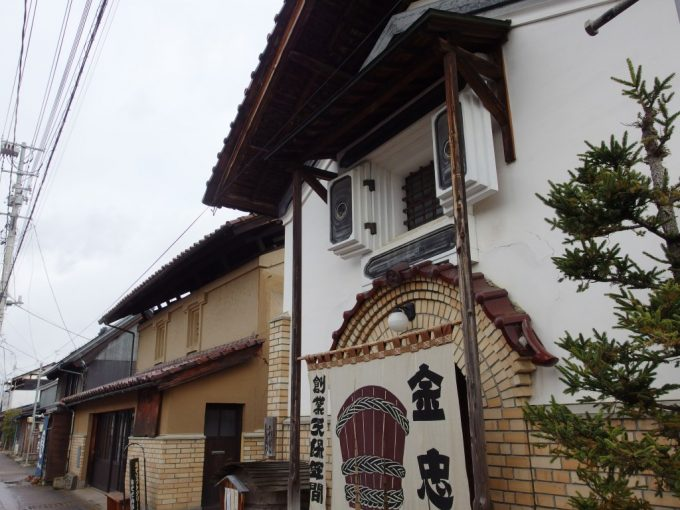 蔵の街喜多方おたづき蔵通り漆喰とレンガの組み合わされた蔵