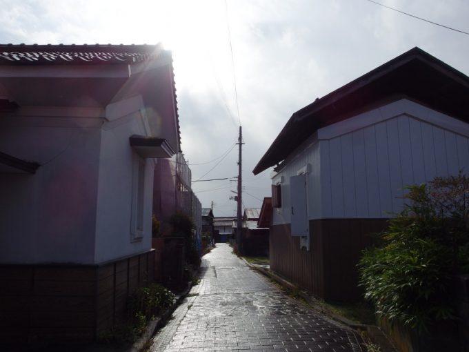 蔵の街喜多方雨上がりの石畳と蔵を照らす太陽