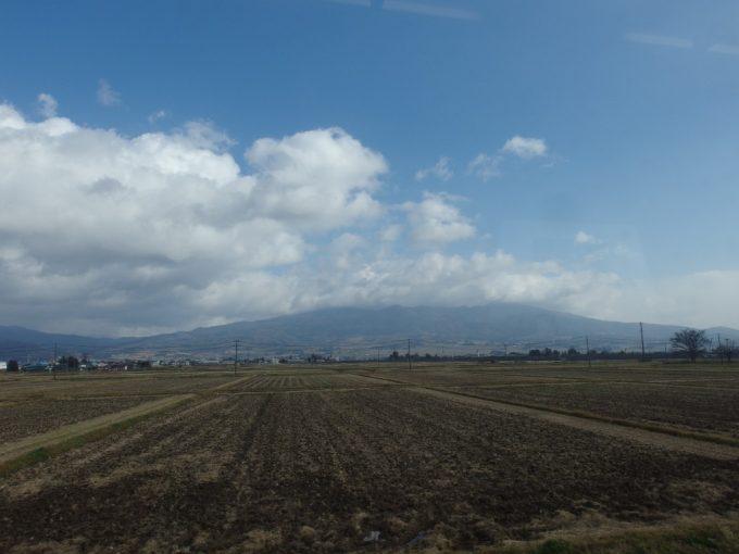 磐越西線キハ110車内から眺める晩秋の磐梯山
