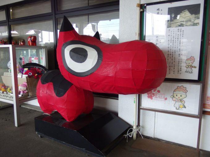 会津若松駅の張り子の赤べこ