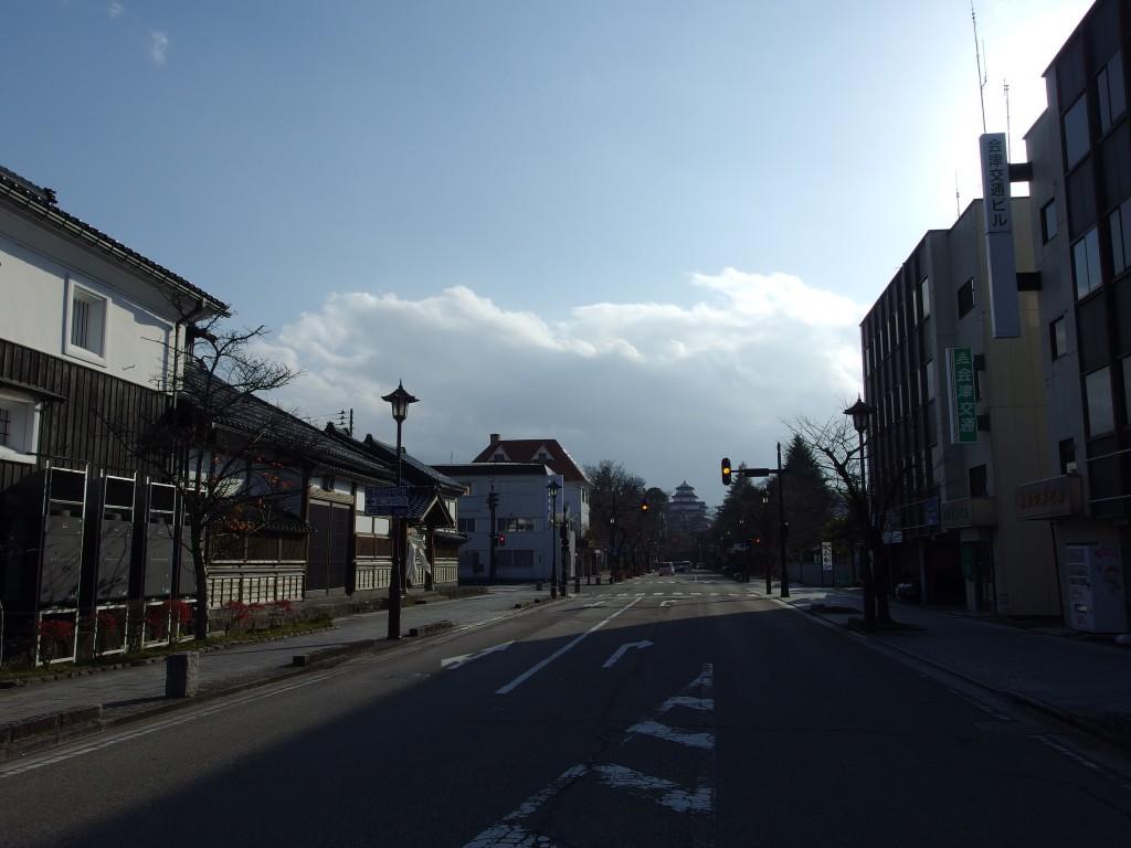 通りより会津若松鶴ヶ城を望む