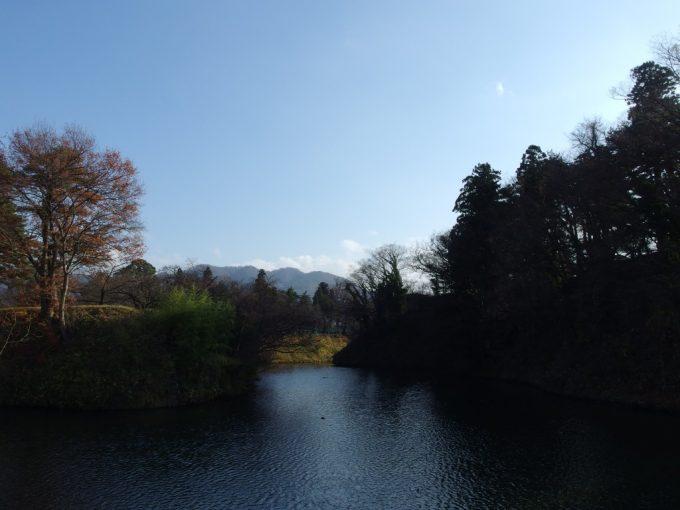 晩秋の会津若松鶴ヶ城お堀の先に見える山並み