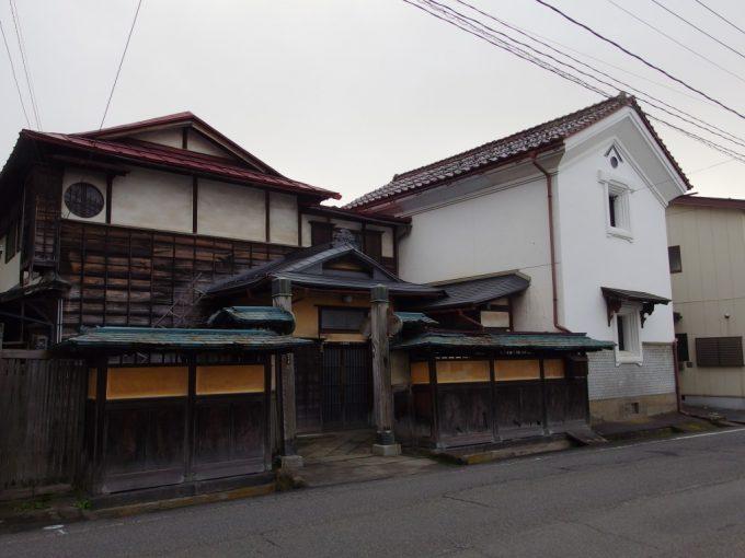 歴史ある建物が点在し溶け込む会津若松の街