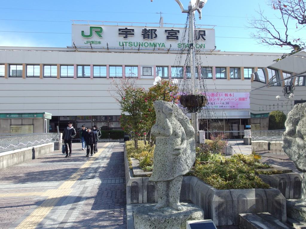 宇都宮駅と餃子像