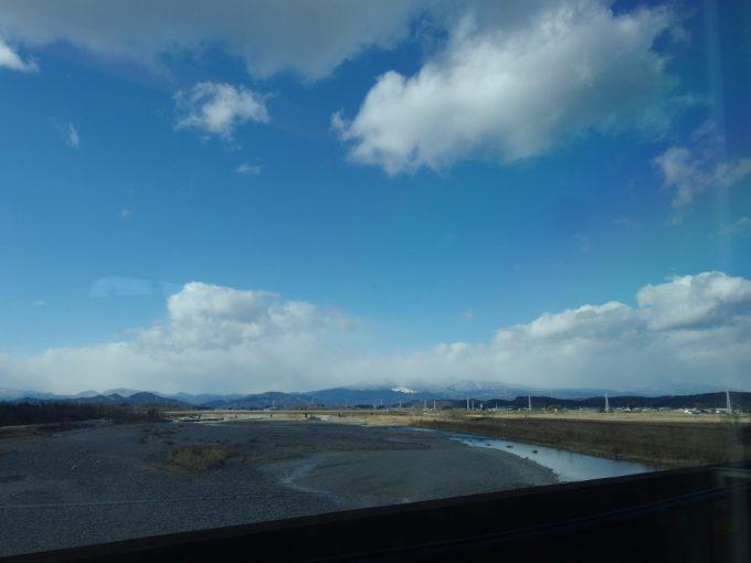 東北新幹線E5系車窓に聳える那須の山並み