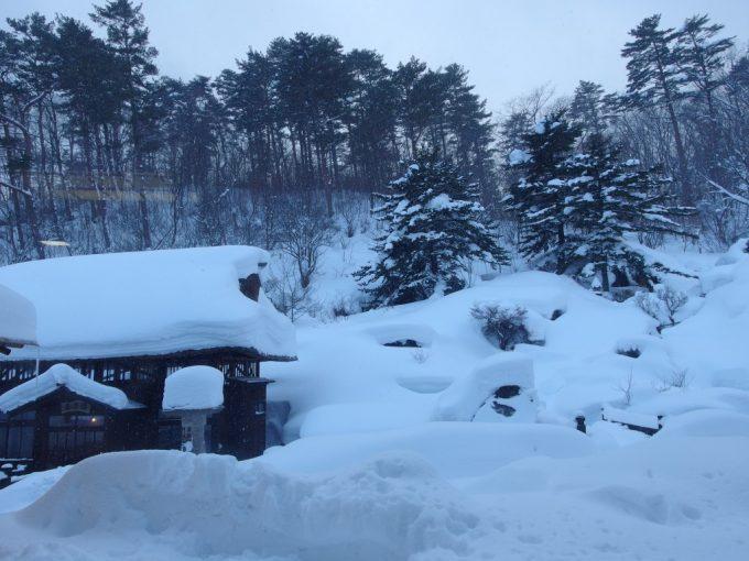 豪雪の高湯温泉冬の旅館玉子湯1階の部屋特等席から眺める明治の湯小屋玉子湯