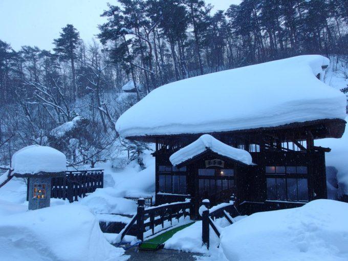 豪雪の高湯温泉冬の旅館玉子湯雪に埋もれた明治の湯小屋玉子湯
