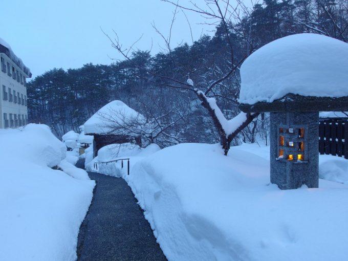 豪雪の高湯温泉冬の旅館玉子湯雪積もる露天風呂への道