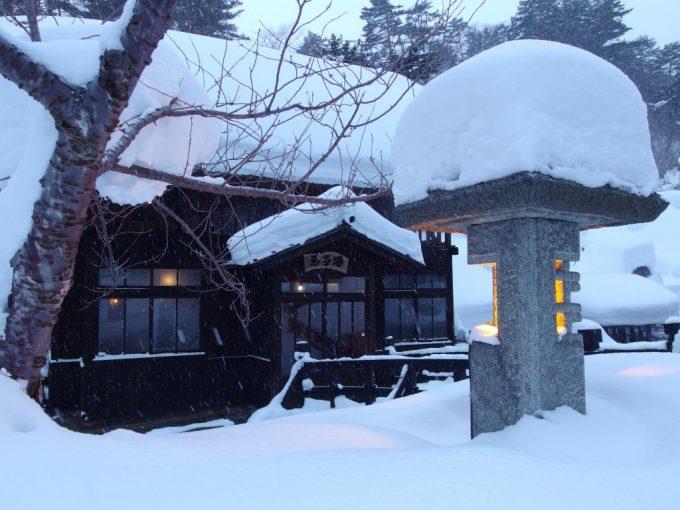 豪雪の高湯温泉冬の旅館玉子湯湯上がりに眺める明治の茅葺湯小屋玉子湯