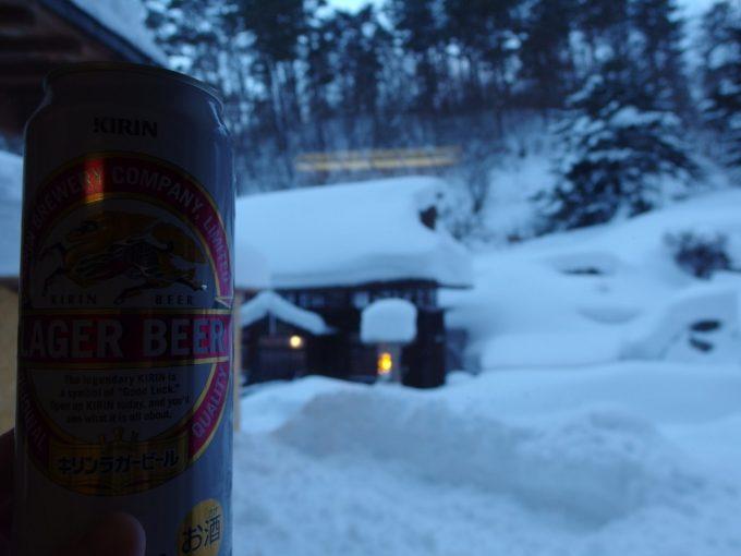 豪雪の高湯温泉冬の旅館玉子湯明治の茅葺湯小屋を眺めながら湯上がりのビール
