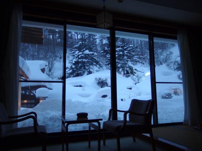 豪雪の高湯温泉冬の旅館玉子湯1階の特等席部屋一面に広がる銀世界