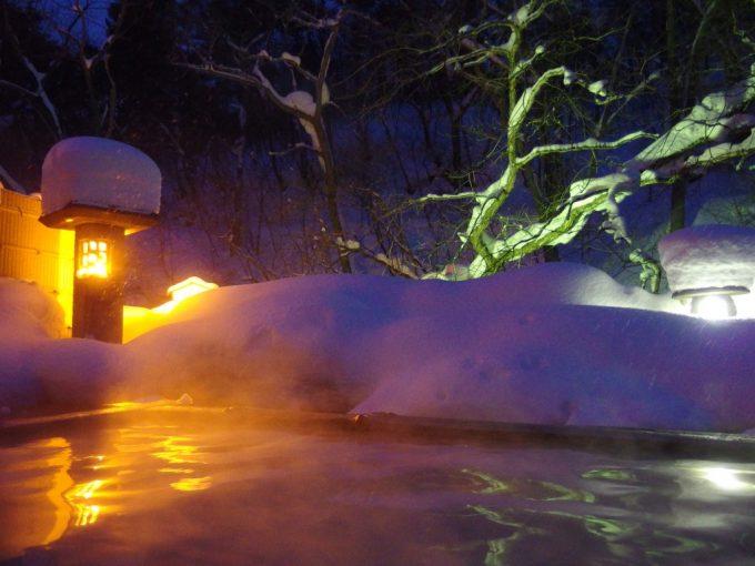 冬の旅館玉子湯天渓の湯浅い湯船でのんびり楽しむ雪見露天