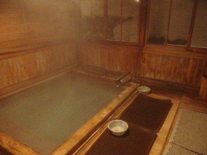 明治時代から続く渋い湯小屋の玉子湯