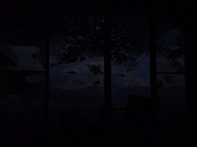 雪明かりに浮かぶ夜の玉子湯庭園雪景色