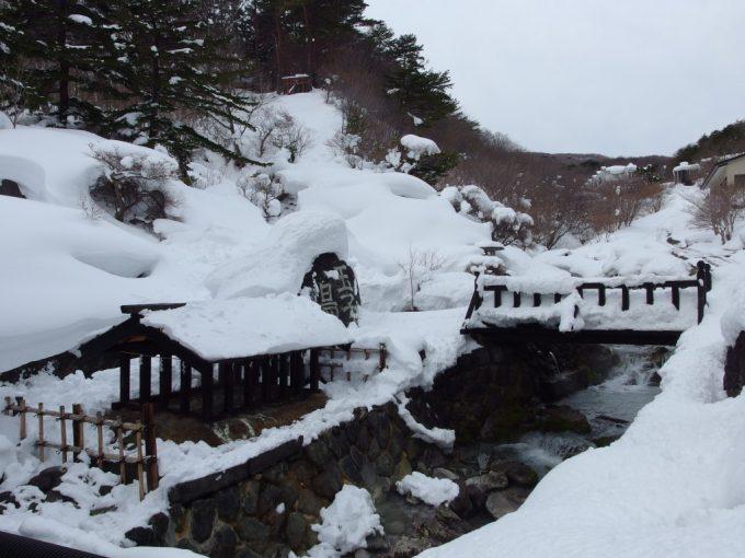 雪に埋もれた玉子湯の源泉と石碑