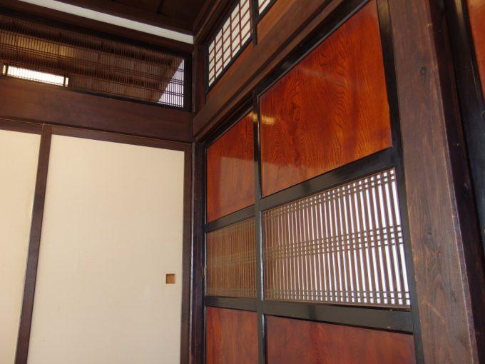 米沢鯉料理六十里重厚な室内と輝く建具