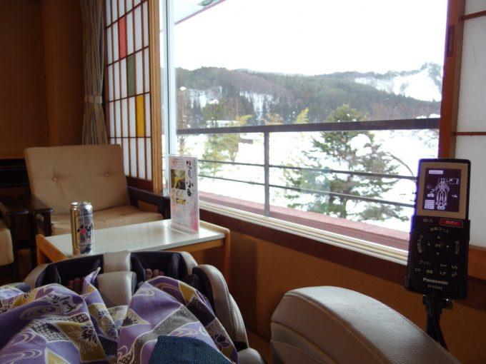 小野川温泉河鹿荘雪景色を眺めながらのマッサージチェアー