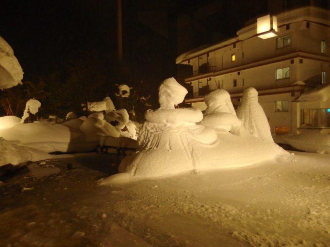豪雪の小野川温泉雪に埋もれた河鹿荘の庭園