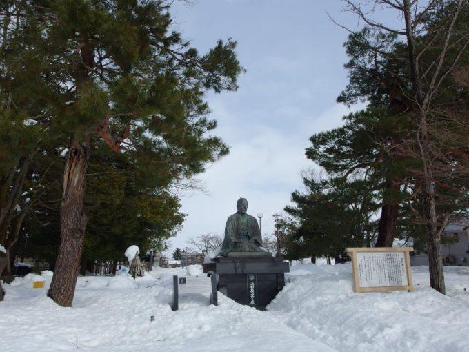 雪の米沢上杉鷹山公銅像