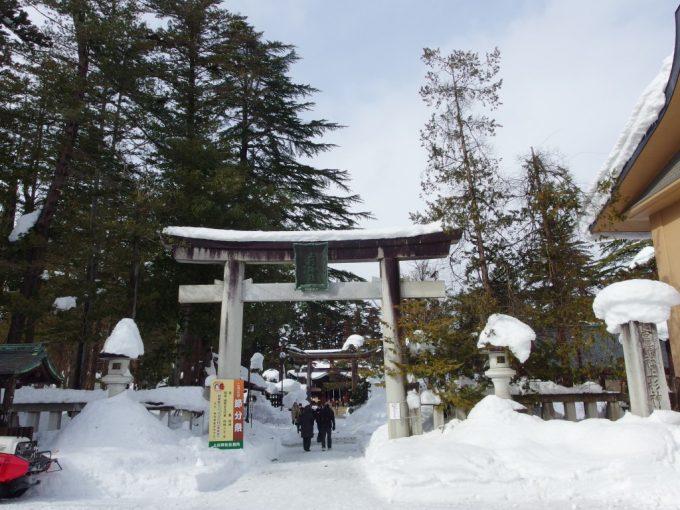 冬の米沢城跡雪の積もる上杉神社鳥居