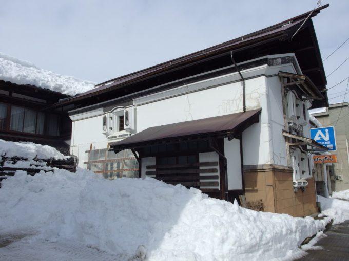 冬の米沢雪に埋もれる蔵
