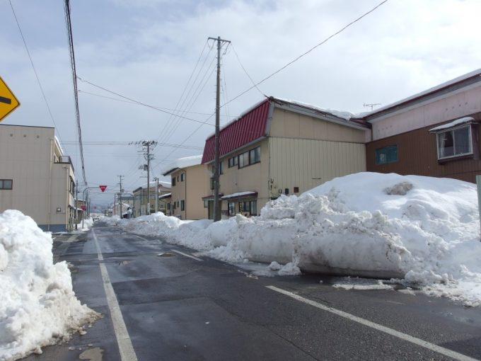 冬の米沢一車線をふさいでしまう積雪の量