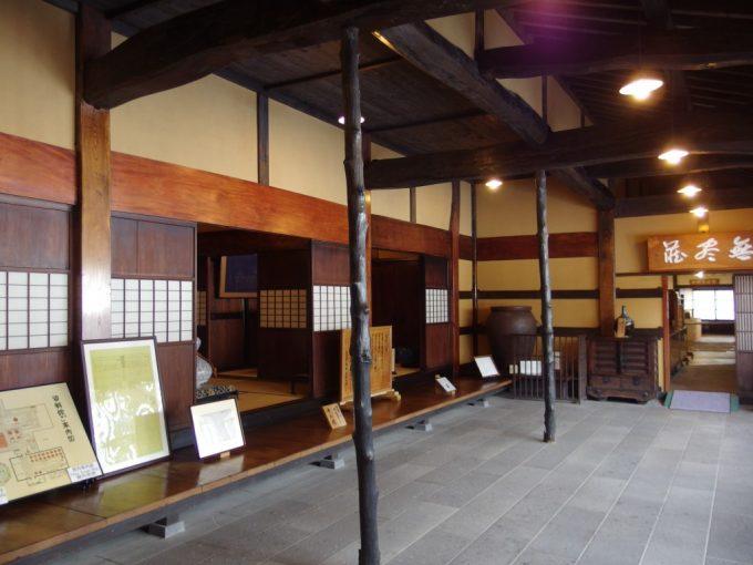 米沢酒造資料館東光の酒蔵母屋と石畳