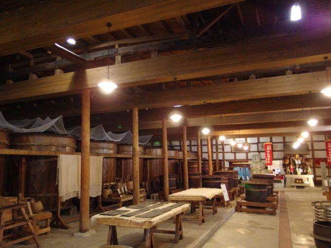 米沢酒造資料館東光の酒蔵東北一の広さの土蔵内部