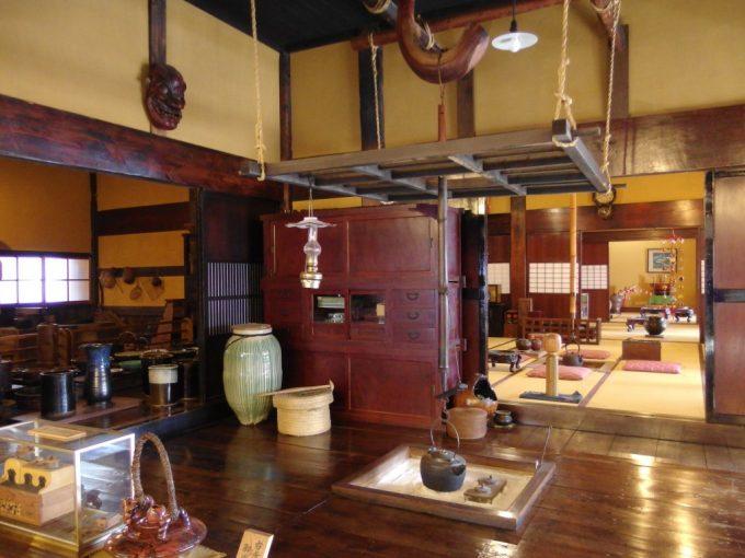米沢酒造資料館東光の酒蔵囲炉裏に茶の間