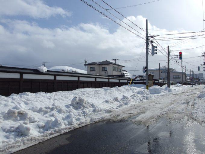 冬の米沢白い雪に黒い板塀が映える東寺町