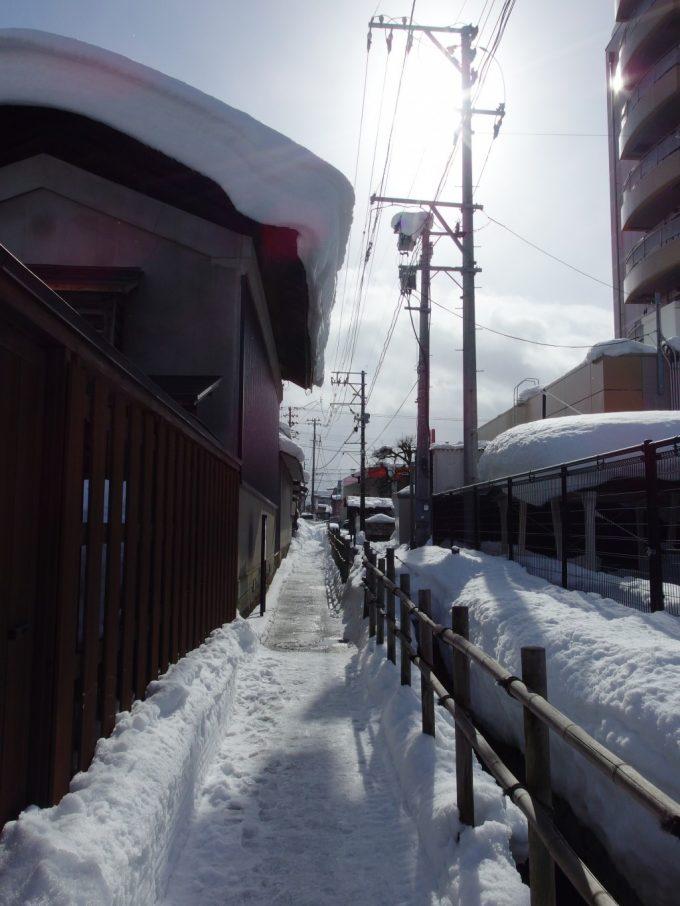 冬の米沢雪に埋もれた武者道