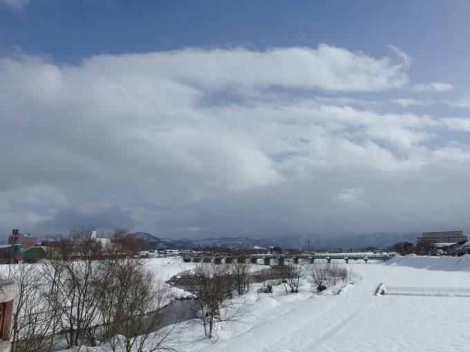 橋上から眺める冬の米沢松川と吾妻連峰