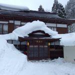 豪雪の米沢白布温泉雪に覆われる中屋別館不動閣
