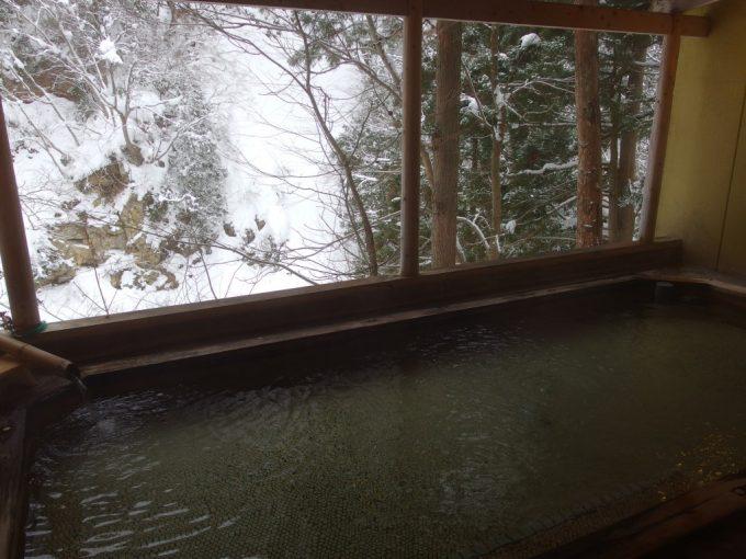 豪雪の米沢白布温泉中屋別館不動閣最上川源流を望む渓谷露天風呂