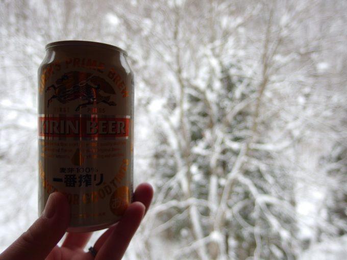 豪雪の米沢白布温泉中屋別館不動閣湯上がりに冷たいビールと雪景色