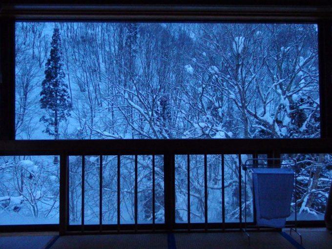 豪雪の米沢白布温泉中屋別館不動閣部屋一面に広がる雪景色